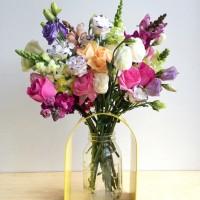 素人でもプロ並みに花を飾れる花瓶が話題!