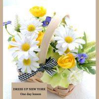 花と小さなベースで季節感じるアレンジメント